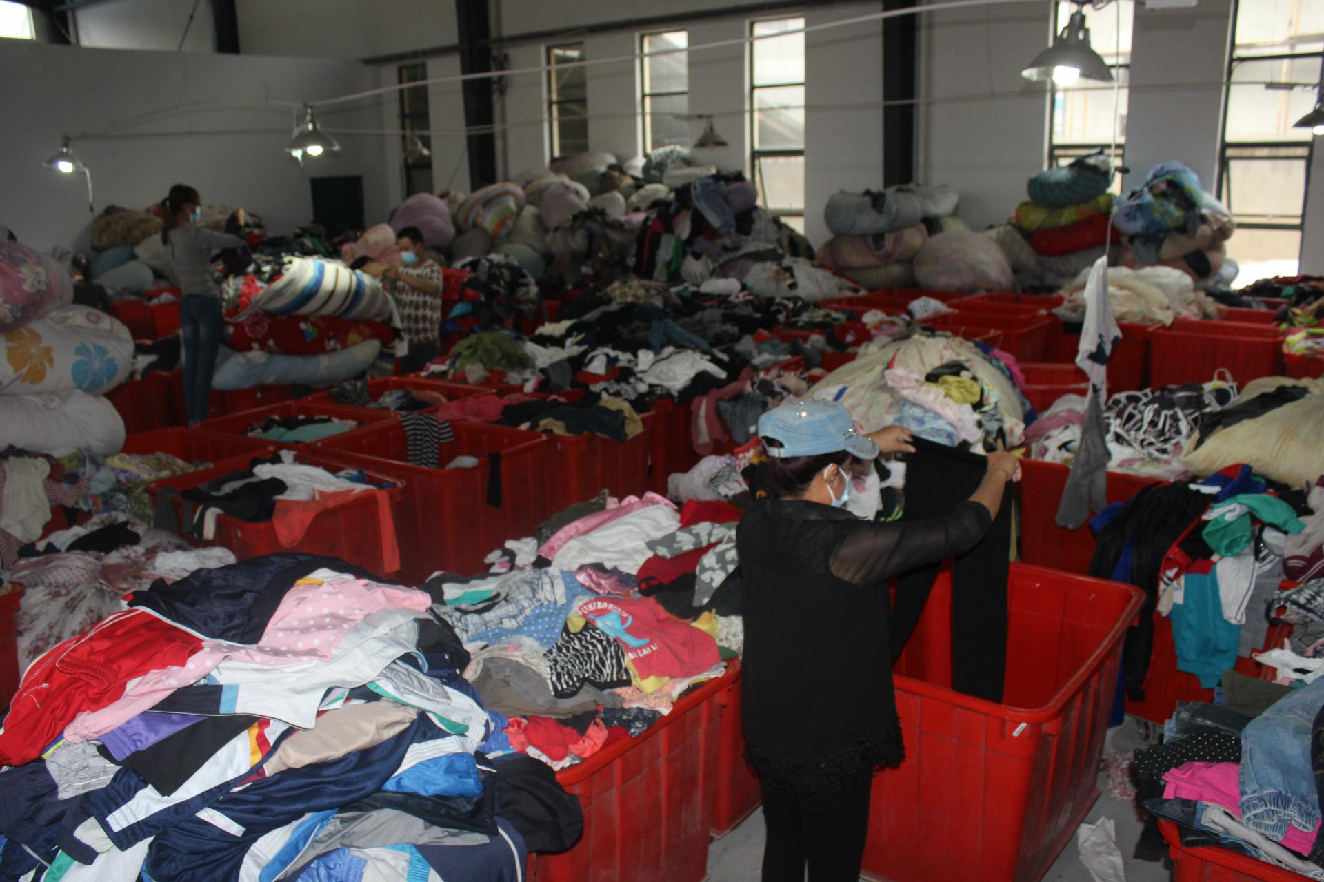 大量出售AAA二手衣服 旧衣服 纯棉T恤丝绸衣服 出口非洲等